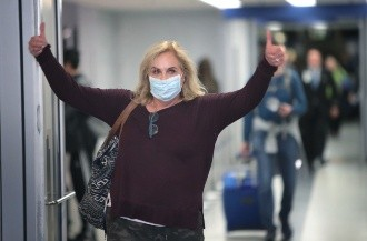 Airport Customs Overwhelmed By  Travelers Arriving To US From Europe After Coronavirus Travel Ban