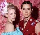 Cole Sprouse y Lili Reinhart en alfombra roja